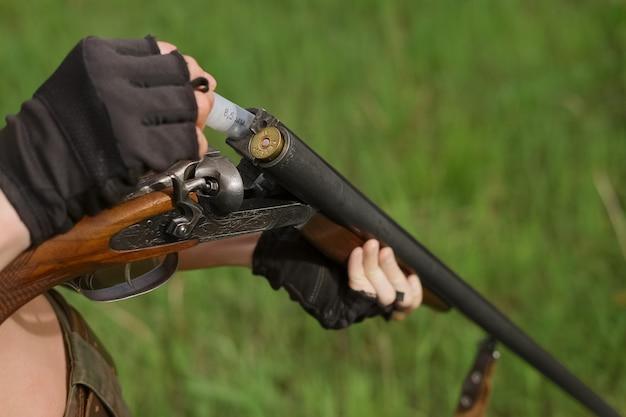 Процесс загрузки дробовика в охотничье двуствольное ружье