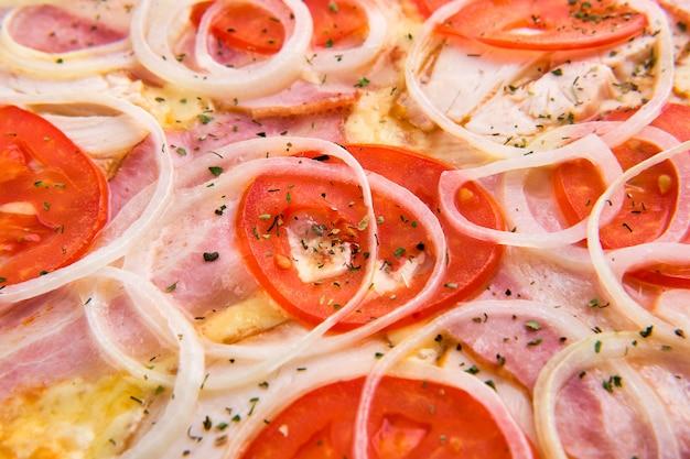 ベーコンと玉ねぎのピザのハムのマクロ写真