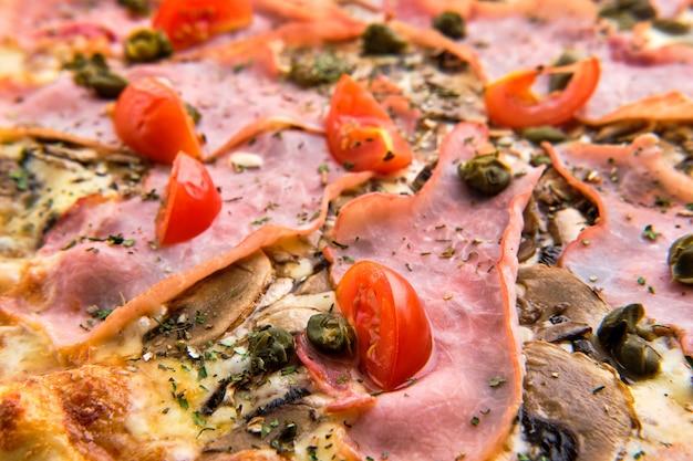 アンチョビとピザのチーズとハムのマクロ写真