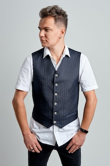 白いシャツとベストを右に見てトレンディな男の肖像