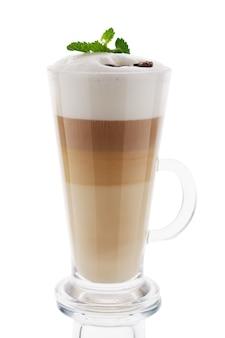 Капучино в высокий стакан, изолированные на белом