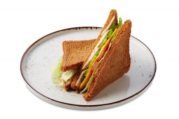 チキン、キュウリ、サラダ、白で隔離されるチーズのクラブサンドイッチ
