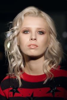 Портрет красивой фотомодели с белыми вьющимися волосами