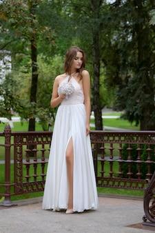 甘くて官能的な美しいファッション花嫁の肖像画。結婚式のメイクアップと髪。