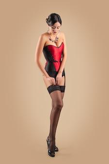 網タイツのコルセット固定ベルトで美しい女性