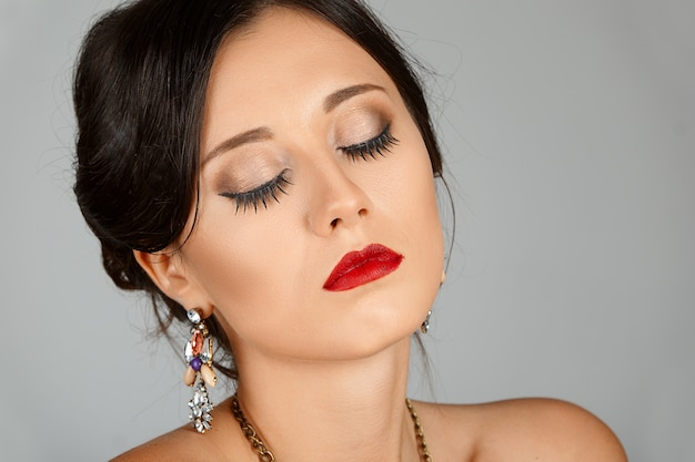 目を閉じて、赤い唇と美しい若い女性の顔。美しさの肖像画、新鮮な肌。