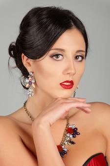 Лицо красивой молодой женщины с карими глазами и красными губами. портрет красоты, свежая кожа. натуральный макияж.