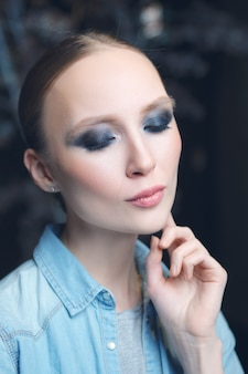 Макрофотография портрет красивая девушка с дымчатый глаз и чувственный рот насоса
