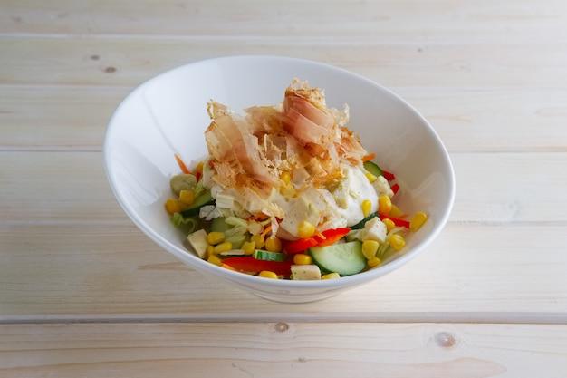 Весенний салат с огурцом, сладким перцем, кукурузой и тунцом