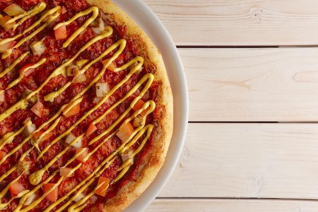 サンドライトマトとマスタードソースのピザのトップビュー
