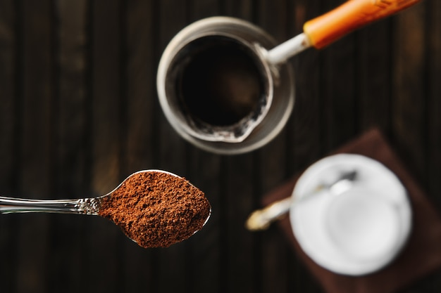 コーヒーと磁器のカップとスプーンのオーバーヘッドビュー