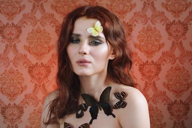 彼女の顔や体に蝶と優しい女性のポートレートを閉じます
