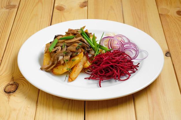 Жареный картофель, свекла, маринованная капуста и грибы