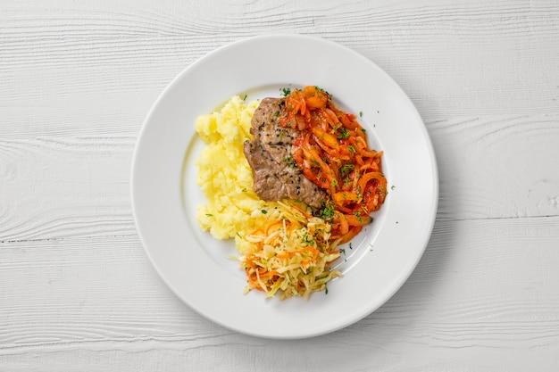 マッシュポテトとキャベツのサラダとピーマンを裏打ちしたみじん切りの肉とプレートのトップビュー
