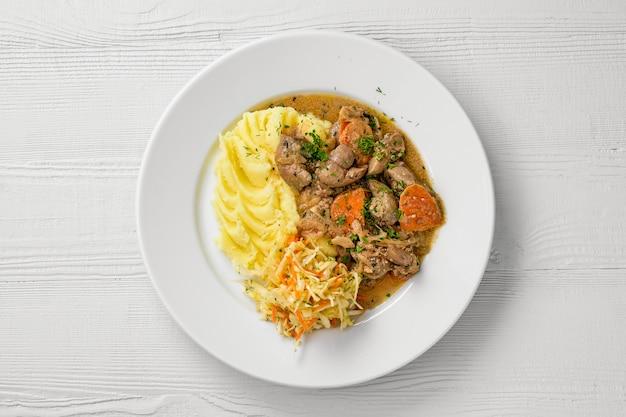 マッシュポテトとキャベツのピクルスサラダと鶏レバーのプレートのトップビュー