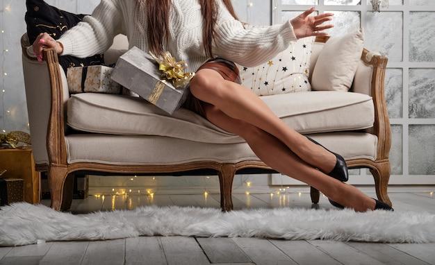 Длинные и стройные женские ножки на диване