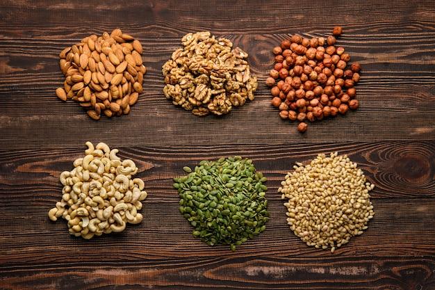 Ассорти из орехов и семян на деревянный стол