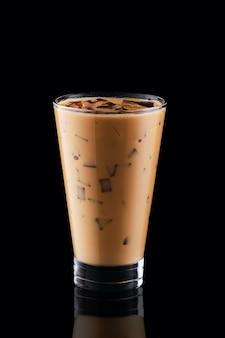 背の高いグラスに氷とコーヒー