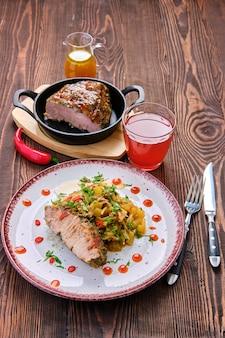 Запеченное мясо с тушеной капустой и цуккини и острым острым соусом
