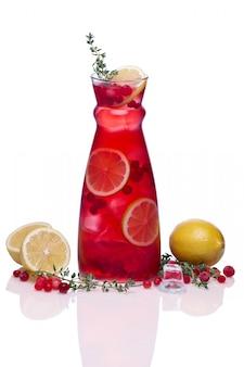 クランベリー、レモン、タイムの冷たい飲み物