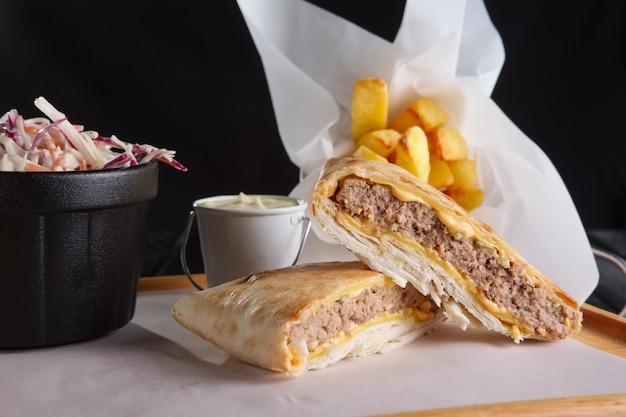 チーズと牛肉のカツレツ巻きピタワースフライドポテトと赤キャベツ
