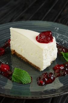 Крупным планом вид сырный торт украшен вишней, клубникой и малиной