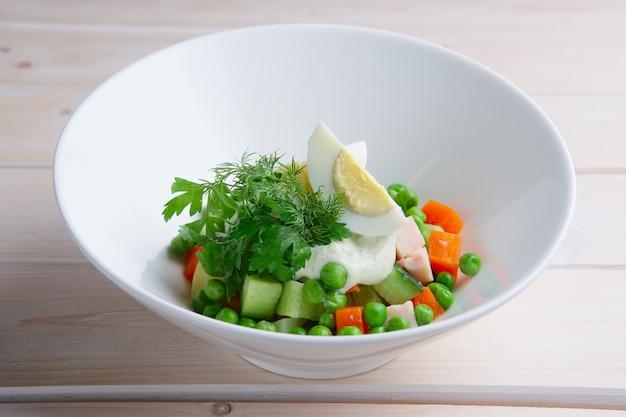 緑色の豆、きゅうり、ハム、ニンジン、卵のサラダ