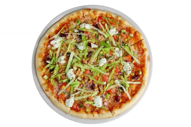 トウモロコシ、豆、モッツァレラチーズの白で隔離されるベジタリアンピザのトップビュー