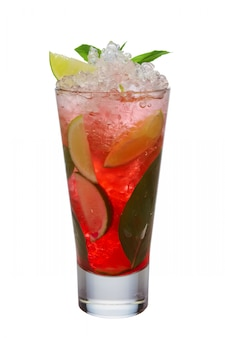 Ледяной коктейль из черной смородины с лаймом и мятой на белом