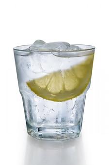 氷とレモンのスライスと水のミストグラス