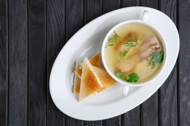 透明なビーフスープ、卵とトースト