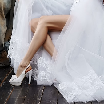 Идеально стройные длинные женские ножки и свадебное платье