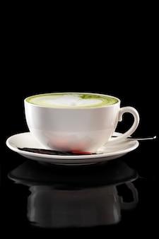 分離した緑茶ラテのカップ