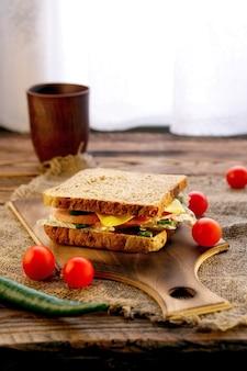 ライ麦パン、ハム、チーズ、トマト、チリのバーベキューソース