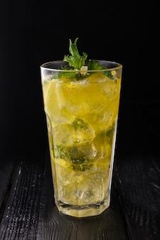 冷たい柑橘類のレモネードと多面的なガラス