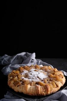 砂糖の粉とアップルパイ