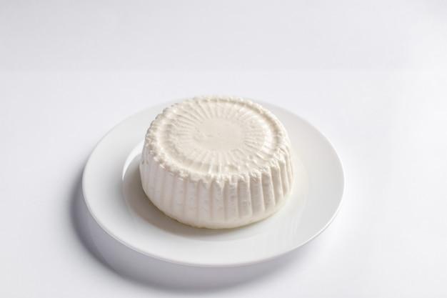 白い丸皿にヤギ農場チーズフェタチーズ