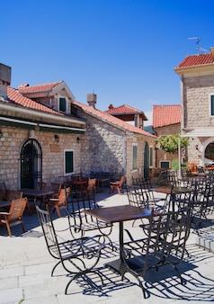 モンテネグロ旧市街のストリートカフェ