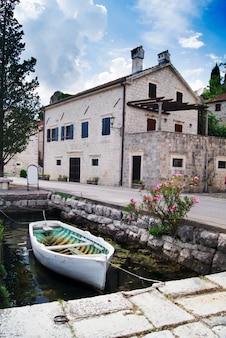 ポドゴリツァ市でボートの風景と美しいモンテネグロの海の景色