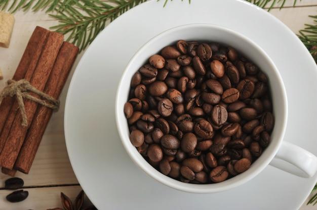 コーヒー豆全体をコーヒーカップに注ぎます