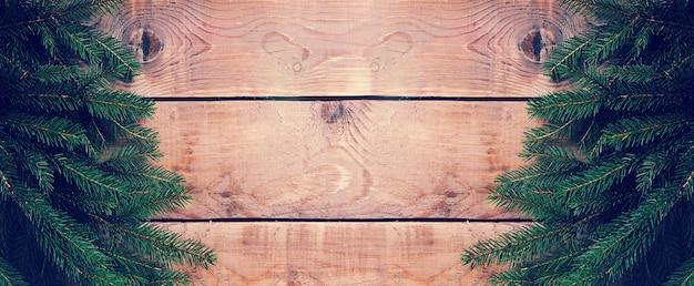 Рождественская поверхность с елкой на деревянной поверхности