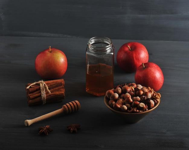 リンゴ、蜂蜜、ナッツ、シナモンの秋の収穫