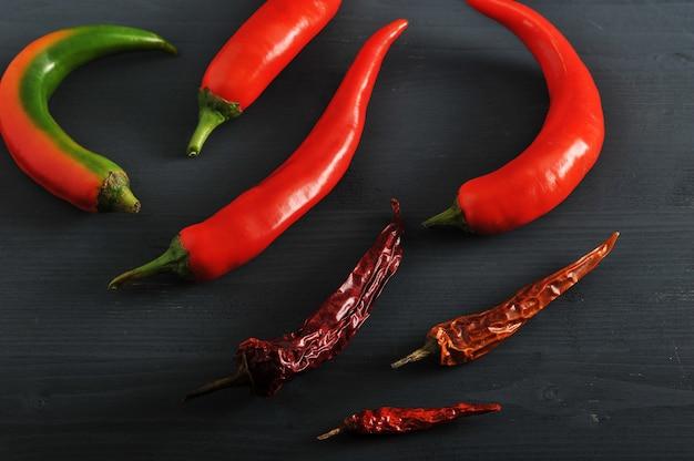 Свежий перец и сушеные стручки перца чили