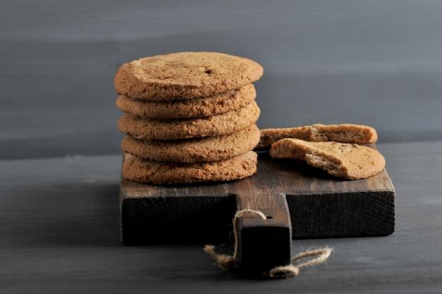 Овсяное печенье на деревянной деревенской доске