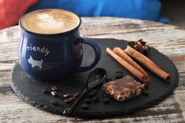 Утренний завтрак в кафе капучино в кружке