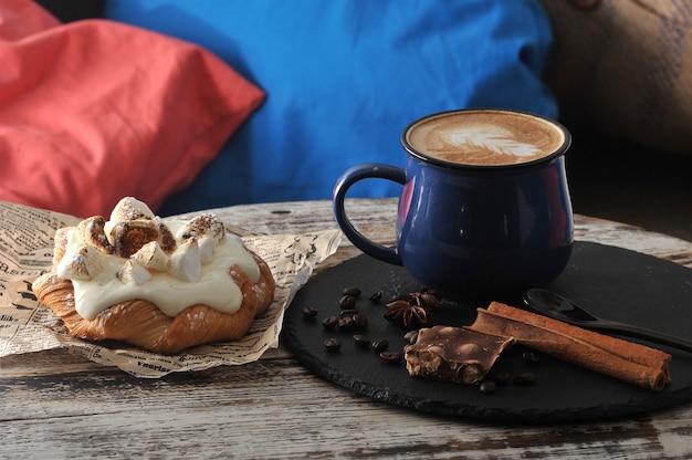 Утренний завтрак в кафе капучино в кружке с молочной пеной