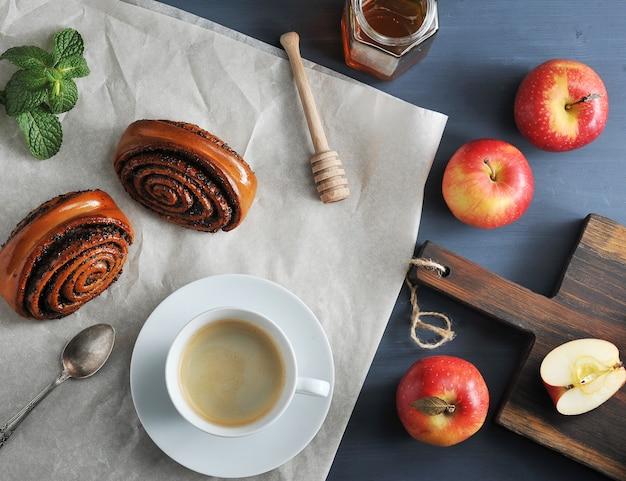 朝のコーヒーとコーヒーとパン、ケシの実、リンゴ、蜂蜜のロール