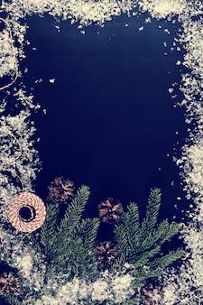 木の枝、コーンと雪でクリスマスの挨拶の背景