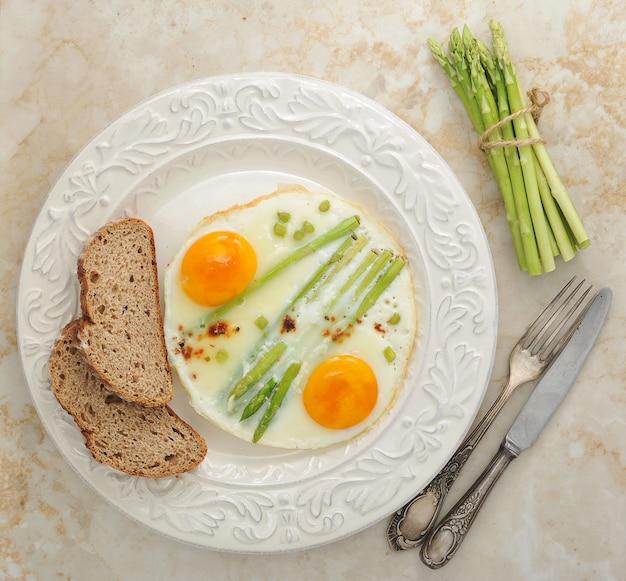 皿にアスパラガスと卵焼き