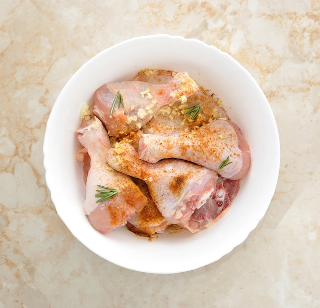 鶏もも肉のピクルスとニンニクのボウル